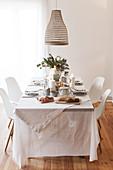 Sonntagsbrunch: Gedeckter Tisch mit weißer Tischdecke