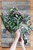 Herbststrauß mit Eukalyptus und Fetthenne binden