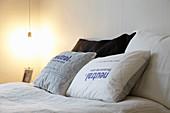 Kissen mit bedrucktem Bezug auf Doppelbett