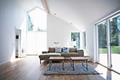 Polstergarnitur und Couchtische vor Terrassentür im Wohnzimmer