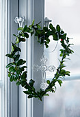 Herzförmiger Blätterkranz am Fenster
