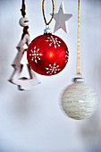 Weihnachtsschmuck in Rot und Weiß