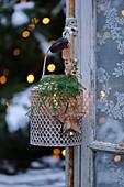 Laterne mit Weihnachtsdekoration am Fenster
