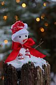 Weihnachtsdekoration mit kleinen Schneemännern