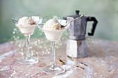 Vanilleeis und Espressokanne