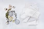 Weihnachtsdekoration in Silber und weiße Servietten
