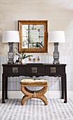 Antiker Hocker mit Samtbezug, chinesischer Waschtisch mit zwei Tischlampen und Wandspiegel