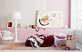 Schlafzimmer in Rosa und Weiß mit verpackten Weihanchtsgeschenken