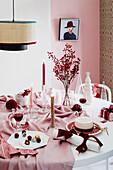 Weihnachtstisch in Rosa und Weiß