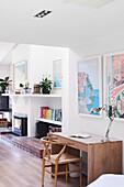 Schreibtisch mit Stuhl in offenem Wohnraum