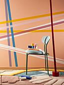 Wand mit Washi Tape (japanisches Klebeband aus Reispapier) dekoriert, davor Stuhl