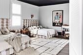 Großzügiger Schlafraum mit zwei Betten