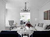 Polstermöbel in Blau, Weiß und Grau im Wohnzimmer