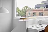 Schreibtisch am Fenster auf Treppenabsatz