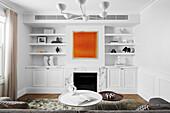 Coffeetable und maßgefertigte Regale im Wohnzimmer mit weißen Wänden