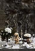 Festlich gedeckter Tisch mit silbbernem Kerzenständer und Büste