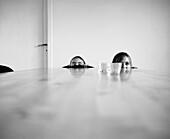 Zwei Kinder verstecken sich hinter dem Tisch, Schweden