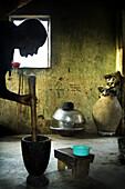 Silhouette einer Frau beim Kochen in der Küche, Republik Senegal