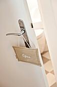 Geöffnete Tür mit Türschild, Haus eingerichtet im Country-Stil, Hamburg, Deutschland