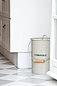 küche mit Komposteimer, Haus eingerichtet im Country-Stil, Hamburg, Deutschland