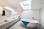 Bad in einer Penthousewohnung im modernen Alpenlook, Kitzbühel, Tirol, Österreich