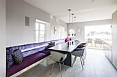 Modern eingerichteter Wohn-Essbereich in einem Reeddachhaus auf Sylt, Schleswig-Holstein, Norddeutschland, Deutschland