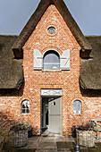 Eingangsbereich eines modern eingerichteten Reeddachhaus auf Sylt, Schleswig-Holstein, Norddeutschland, Deutschland