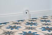 Fußleiste mit Eingangstür für die Maus, den Hausgeist oder den freundlichen Kobold, Korbach, Hessen, Deutschland, Europa