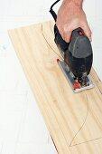 Wandkonsole selber bauen (Vorgezeichnete Tischbeine aus Holz mit Stichsäge ausschneiden)