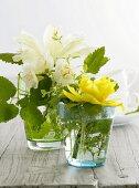 Frühlingsblumen in Gläsern als Tischdeko