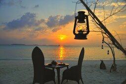 Romantisches Candlelight-Dinner am Strand bei Sonnenuntergang