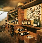 Weinflaschen und Weinkisten im Weinkeller