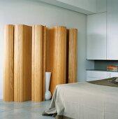 Eine große Holzskulptur im Schlafzimmer