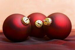 Dunkelrote Christbaumkugeln.Drei Dunkelrote Christbaumkugeln Bild Kaufen 00365081
