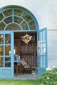 Blick durch geöffnete Tür in Gartenpavillon des Schlosses La Verrerie (Frankreich)