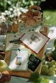 Einladung zur Weinprobe: Schild mit verschiedenen Weinetiketten