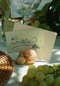 Tischkärtchen mit Schneckenhaus und Weinkorken