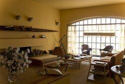 Gelber Wohnraum mit raumhohem Sprossenfenster und Rundbogen