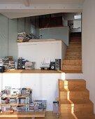 Treppenraum mit treppenartigen Einbauten und Holzstufen