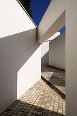 Moderne Architektur mit gepflasterten Wegen