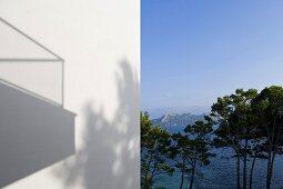 weiße Hausfassade und Blick auf das Meer