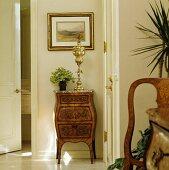Vergoldete Skulptur des 18. Jahrhunderts auf antiker Kommode in Vorraum zwischen zwei Türen
