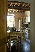 Blick in eine Küche mit einem rustikalen Esstisch