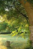 Blick durch einen Torbogen in den Garten