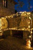 Eine mit Lichterketten beleuchtete Terrasse am Abend