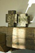 Kreuzförmig Deko-Objekte auf einem Holzbalken