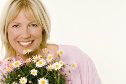 Woman with marguerites