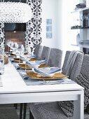 Eleganter Wohnraum in Schwarz, Weiss & Grautönen mit festlich gedecktem Tisch
