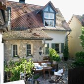 House with gable roof: courtyard with old cobbles and terrace