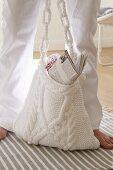 Gestrickte weiße Umhängetasche mit Noppen und Zopfmuster